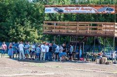 Orenburg Ryssland - 20 Augusti 2016: Sportar för amatörbilmodell konkurrerar på av-vägen spåret Royaltyfri Fotografi