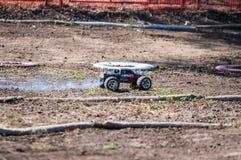 Orenburg Ryssland - 20 Augusti 2016: Sportar för amatörbilmodell konkurrerar på av-vägen spåret Royaltyfri Bild