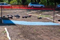 Orenburg Ryssland - 20 Augusti 2016: Sportar för amatörbilmodell konkurrerar på av-vägen spåret Royaltyfria Foton