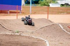 Orenburg Ryssland - 20 Augusti 2016: Sportar för amatörbilmodell konkurrerar på av-vägen spåret Royaltyfri Foto