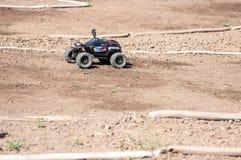 Orenburg Ryssland - 20 Augusti 2016: Sportar för amatörbilmodell konkurrerar på av-vägen spåret Fotografering för Bildbyråer