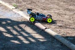 Orenburg Ryssland - 20 Augusti 2016: Sportar för amatörbilmodell konkurrerar på av-vägen spåret Arkivbilder