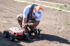 Orenburg Ryssland - 20 Augusti 2016: Sportar för amatörbilmodell konkurrerar på av-vägen spåret Arkivfoton