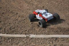 Orenburg Ryssland - 20 Augusti 2016: Sportar för amatörbilmodell konkurrerar på av-vägen spåret Arkivfoto