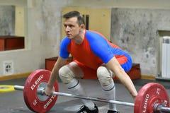 Orenburg Ryssland - 15 - 17 Dezember Jahr 2017: Män konkurrerar i tyngdlyftning Royaltyfria Bilder