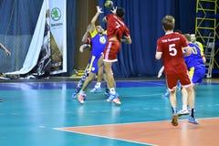 Orenburg Ryssland - 11-13 Februari 2018 år: pojkelek i handboll Arkivbild