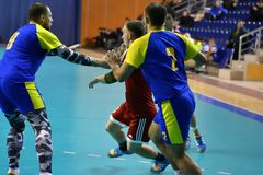 Orenburg Ryssland - 11-13 Februari 2018 år: pojkelek i handboll Royaltyfri Fotografi
