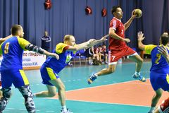 Orenburg Ryssland - 11-13 Februari 2018 år: pojkelek i handboll Arkivfoton