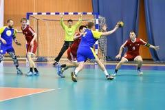 Orenburg Ryssland - 11-13 Februari 2018 år: pojkelek i handboll Arkivbilder