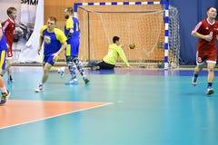 Orenburg Ryssland - 11-13 Februari 2018 år: pojkelek i handboll Royaltyfri Bild