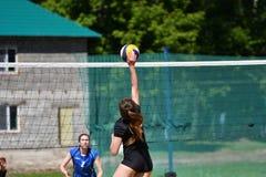 Orenburg Ryssland, 9-10 Juni 2017 år: Flicka som spelar strandvolleyboll Royaltyfria Foton