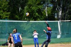 Orenburg Ryssland, 9-10 Juni 2017 år: Flicka som spelar strandvolleyboll Arkivfoton