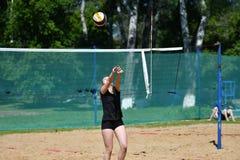 Orenburg Ryssland, 9-10 Juni 2017 år: Flicka som spelar strandvolleyboll Royaltyfri Fotografi