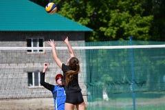 Orenburg Ryssland, 9-10 Juni 2017 år: Flicka som spelar strandvolleyboll Arkivfoto