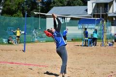 Orenburg Ryssland, 9-10 Juni 2017 år: Flicka som spelar strandvolleyboll Royaltyfri Bild