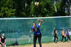 Orenburg Ryssland, 9-10 Juni 2017 år: Flicka som spelar strandvolleyboll Arkivbilder