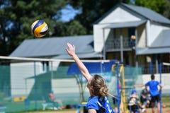 Orenburg Ryssland, 9-10 Juni 2017 år: Flicka som spelar strandvolleyboll Fotografering för Bildbyråer