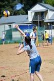 Orenburg Ryssland, 9-10 Juni 2017 år: Flicka som spelar strandvolleyboll Royaltyfri Foto