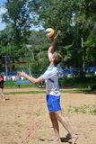 Orenburg Ryssland, 9-10 Juni 2017 år: Pojkar som spelar strandvolleyboll Royaltyfri Fotografi