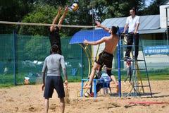 Orenburg Ryssland, 9-10 Juni 2017 år: Pojkar som spelar strandvolleyboll Fotografering för Bildbyråer