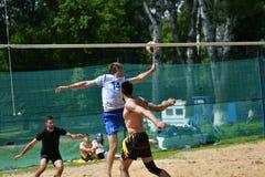 Orenburg Ryssland, 9-10 Juni 2017 år: Pojkar som spelar strandvolleyboll Arkivfoton