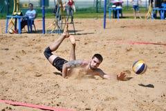 Orenburg Ryssland, 9-10 Juni 2017 år: Pojkar som spelar strandvolleyboll Royaltyfria Bilder