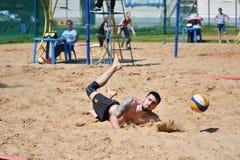 Orenburg Ryssland, 9-10 Juni 2017 år: Pojkar som spelar strandvolleyboll Royaltyfri Bild