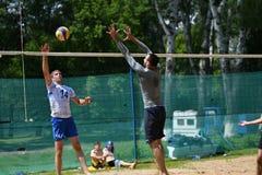 Orenburg Ryssland, 9-10 Juni 2017 år: Pojkar som spelar strandvolleyboll Arkivbild