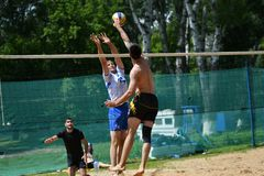 Orenburg Ryssland, 9-10 Juni 2017 år: Pojkar som spelar strandvolleyboll Arkivbilder