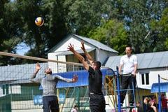 Orenburg Ryssland, 9-10 Juni 2017 år: Pojkar som spelar strandvolleyboll Arkivfoto