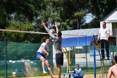 Orenburg Ryssland, 9-10 Juni 2017 år: Pojkar som spelar strandvolleyboll Royaltyfria Foton
