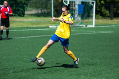 Orenburg Ryssland - 12 Juni 2016: Fotboll för flickalekkortkort Royaltyfri Bild