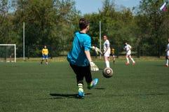 Orenburg Ryssland - 12 Juni 2016: Fotboll för flickalekkortkort Arkivfoton