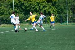 Orenburg Ryssland - 12 Juni 2016: Fotboll för flickalekkortkort Royaltyfria Bilder
