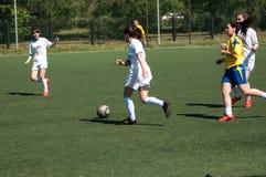 Orenburg Ryssland - 12 Juni 2016: Fotboll för flickalekkortkort Fotografering för Bildbyråer