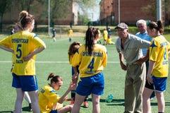 Orenburg Ryssland - 12 Juni 2016: Fotboll för flickalekkortkort Arkivbilder