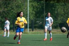 Orenburg Ryssland - 12 Juni 2016: Fotboll för flickalekkortkort Royaltyfri Fotografi