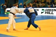 Orenburg Ryssland - Maj 12-13 år 2018: Flickor konkurrerar i judon Royaltyfri Bild