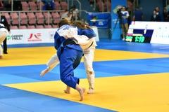 Orenburg Ryssland - Maj 12-13 år 2018: Flickor konkurrerar i judon Royaltyfria Bilder