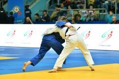 Orenburg Ryssland - Maj 12-13 år 2018: Flickor konkurrerar i judon Fotografering för Bildbyråer