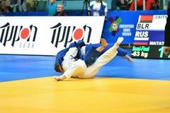Orenburg Ryssland - Maj 12-13 år 2018: Flickor konkurrerar i judon Arkivbild