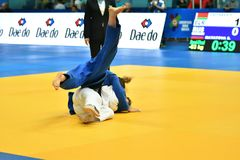 Orenburg Ryssland - Maj 12-13 år 2018: Flickor konkurrerar i judon Arkivbilder
