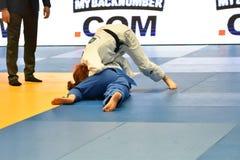 Orenburg Ryssland - Maj 12-13 år 2018: Flickor konkurrerar i judon Royaltyfri Fotografi