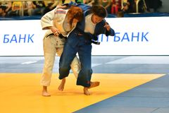Orenburg Ryssland - Maj 12-13 år 2018: Flickor konkurrerar i judon Arkivfoton