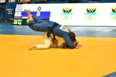Orenburg Ryssland - Maj 12-13 år 2018: Flickor konkurrerar i judon Arkivfoto