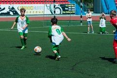 Orenburg Ryssland - 31 Maj 2015: Pojke- och flickalekfotboll Royaltyfri Foto