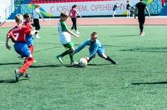 Orenburg Ryssland - 31 Maj 2015: Pojke- och flickalekfotboll Arkivbilder