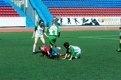Orenburg Ryssland - 31 Maj 2015: Pojke- och flickalekfotboll Royaltyfri Bild