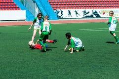 Orenburg Ryssland - 31 Maj 2015: Pojke- och flickalekfotboll Fotografering för Bildbyråer