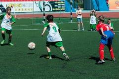 Orenburg Ryssland - 31 Maj 2015: Pojke- och flickalekfotboll Arkivfoton